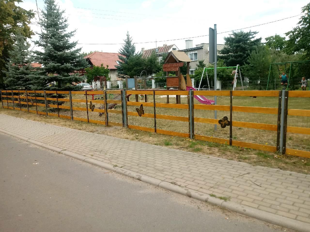 Nowe ogrodzenie przy placu zabaw w Radomierzycach