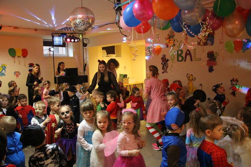 Bajkowy bal karnawałowy w przedszkolu