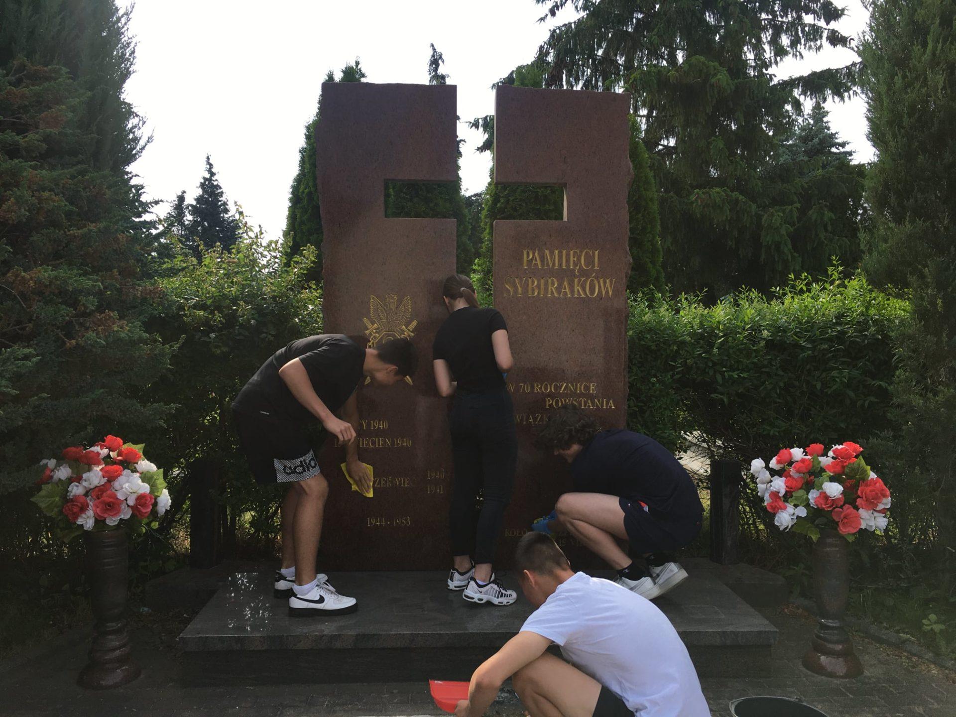 Uczniowie z Jerzmanek posprzątali Pomnik Sybiraków